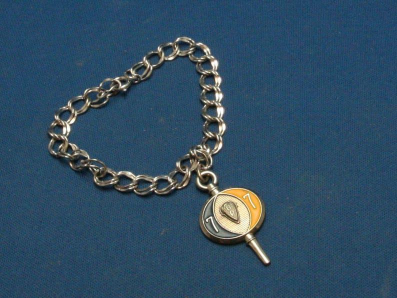 a68176db0d4e Vintage Plata 925 pulsera con Jostens 1977 llavero