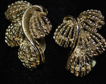 Vintage Leaf design gold clip on EARRINGS rare 50s 60s retro cute 70s 90s sexy women costume crazy awesome hipster trendy beautiful htf vtg