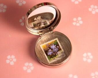 Miroir de poche vintage abritant un timbre postal à motif floral découpé à la main, cabinet de curiosités portatif   Jardin Minuscule #6