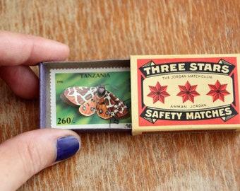 Boîte d'allumettes vintage abritant un timbre papillon découpé à la main, minuscule cabinet de curiosités   Papillon de poche #120