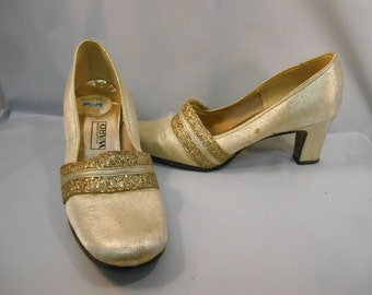 739bb24d1 Vintage Montgomery Ward Gold Pumps Women s Size 6 M
