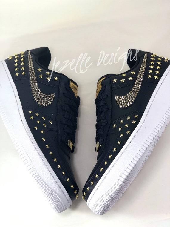 GRATUIT SH Swarovski Nike Air Force 1 '07 XX pour femme en premium Black Leather Gold Star Studded Customized w Swarovski Crystals