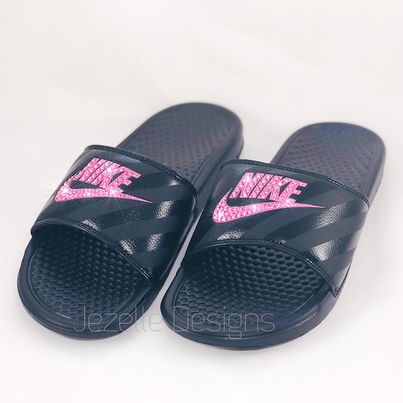 Swarovski Nike Slide sandales sur pour femmes sur sandales mesure à la main parée w / rose cristaux Swarovski ROSE par Joe Designs, Bling Nike glisse pour lui! f802e8