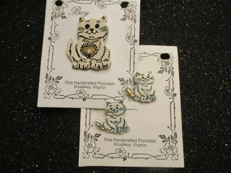 Porcelain Handcrafted Pin /& Post Earring Set from Bay Pottery Green-white Vintage estate sale jewelry MMS114R Purr-fect Kittens 2 pc set