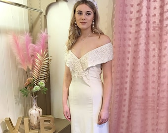 WOW! Stunning Off the shoulder fitted wedding dress, vintage wedding dress, Guipure Lace, fitted with front split Size UK 10 Sustainable