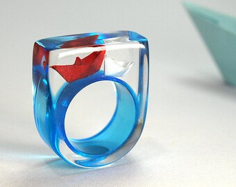 Ship ahoy – maritime boat ring with hand-made folded mini boats made of light blue and blue paper on a blue ring made of resin