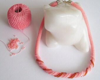 Häkelkette kurze Halskette Collier Halskette gehäkelt schlichte Perlenkette farbig Schmuck Accessoire Perlen Spirale Geschenk für sie