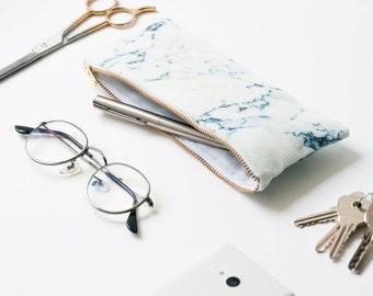 Trousse zippée en coton biologique - Marbre blanc et bleu