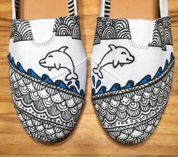 Delfines y Henna estilo. Pintadas a mano, mocasines hechos a mano, zapatos de mujer, furgonetas, diseñador, zentangle, patrón, océano, naturaleza,