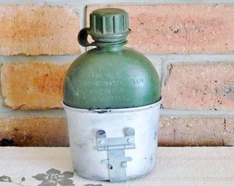 US Army vintage green canteen, water bottle with metal holder; militaria, collectable