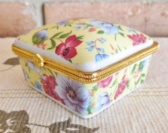 Chintz square porcelain trinket or rings box, snap closure, vintage 1970s
