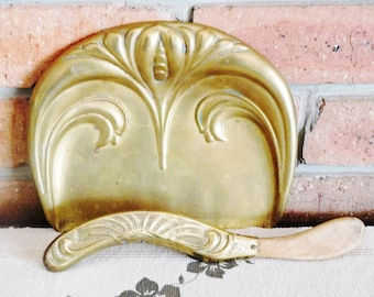 Beldray 1910s Art Nouveau silent butler brass crumb tray with brush, made in England, display piece, movie prop
