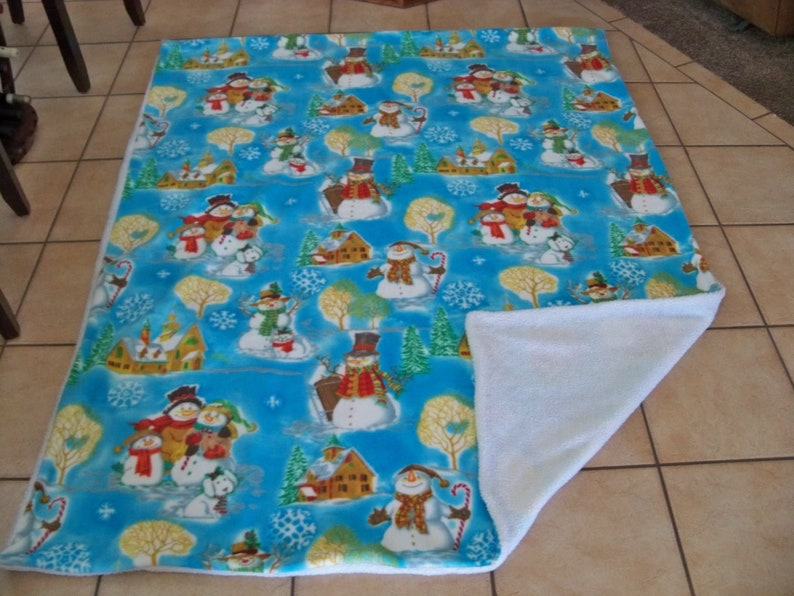 Really Cute Christmas Snowman Family /& Dog with Scarves hats Christmas Village In Background Fleece Throw Blanket with White Faux Fur Back