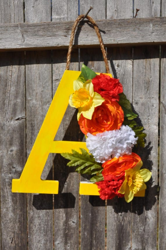 Accroche-porte lettre en bois fleuri «A»