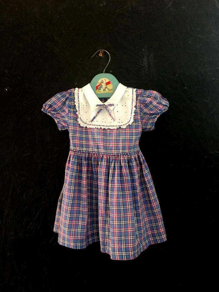 489118c27a7f Vintage 50er Jahre Baby Mädchen Kleid, kariert, Öse, Knopf hinten Kleid,  Krawatte zurück von Nannette Kleinkind Kleid Größe 12-18 Monate