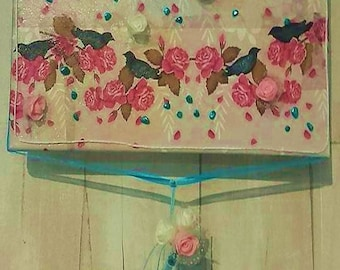 Table varnished birds and roses