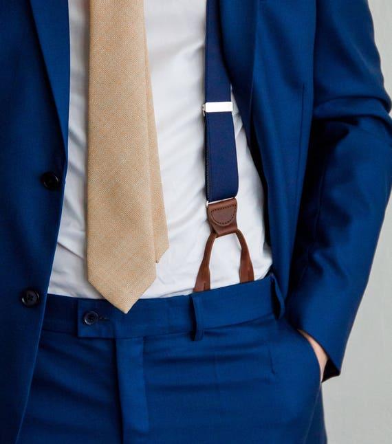 blauw pak met navy bretels met knopen