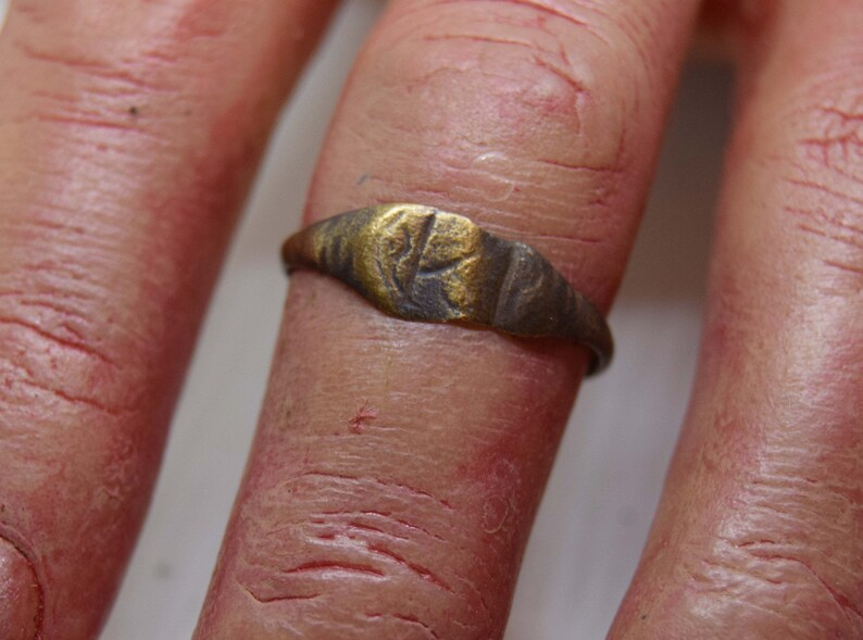 Roman SIgnet Ring   worn and thin.  1st to 2nd century . image 0