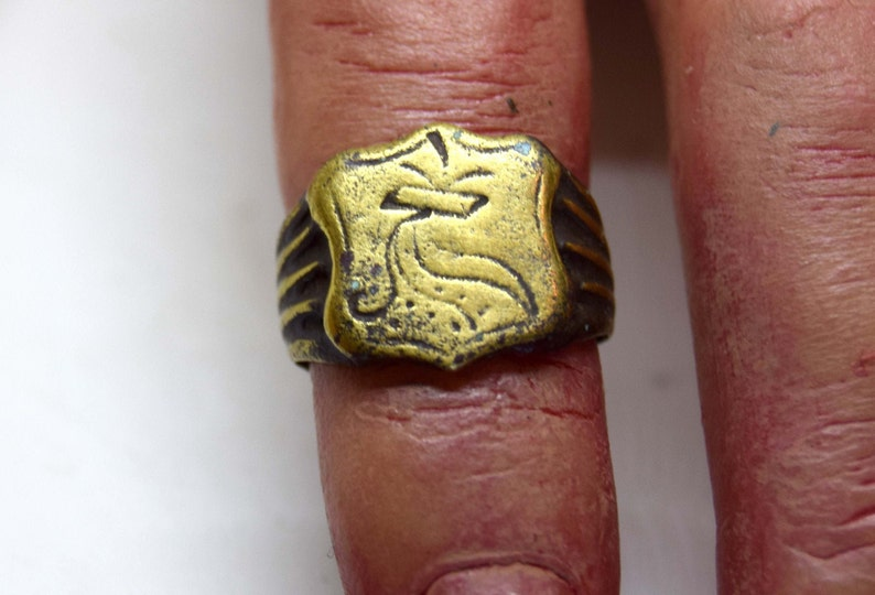 Late Medieval Heraldic signet ring. ribbed sides. Size 5  image 0