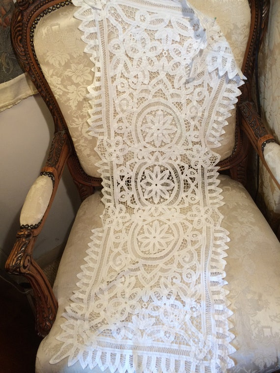 40x16 ins. Prettywhite lace vintage runner in good condition