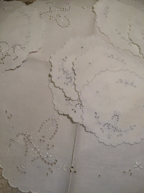 1xembroidered tablecloth 19ins diam/6x10ins matching roundels/4x6ins matching roundels. Vintage