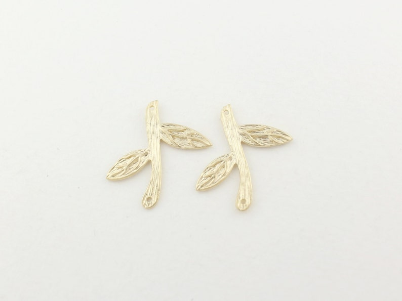 P0110Anti-Tarnished Matt Gold Plating Over BrassBranch with two leaves pendant20x18mm4pcs