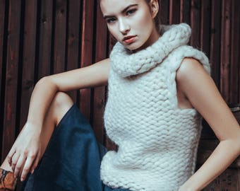 Chunky knit sweater. Extreme bulky yarn sleeveless sweater.  Super chunky knit turtleneck. Knitted vest - for her. Summer giant knitwear.