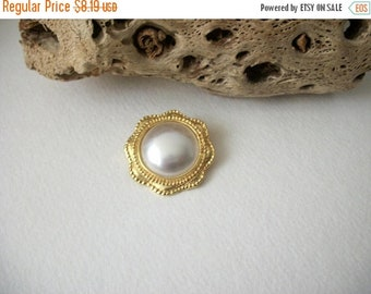 ON SALE Vintage Gold Tone Textured White Faux Pearl Pin 82116