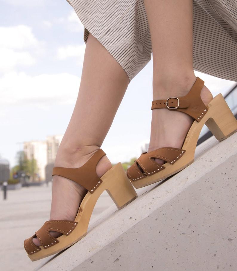 Nackte frau in high heels