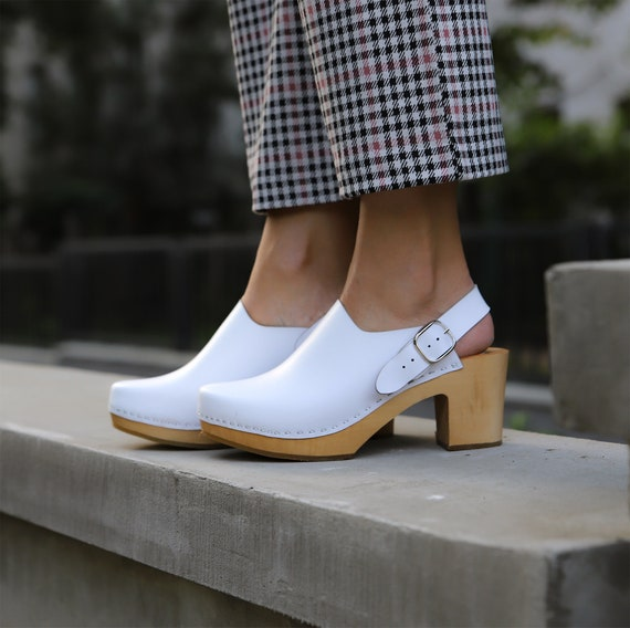 White leather wooden clogs with clips