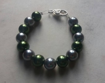 Green and grey glass pearl beaded bracelet
