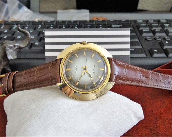 Vtg 1970s Timex Saucer Electronic Gold Tone W.R. Mens Watch w/ 18mm Leather Band