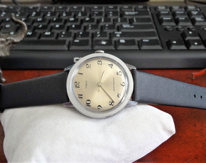 Vintage 1971 Timex Water Resistant Winding Mens Watch w/ 18mm Leather Band!