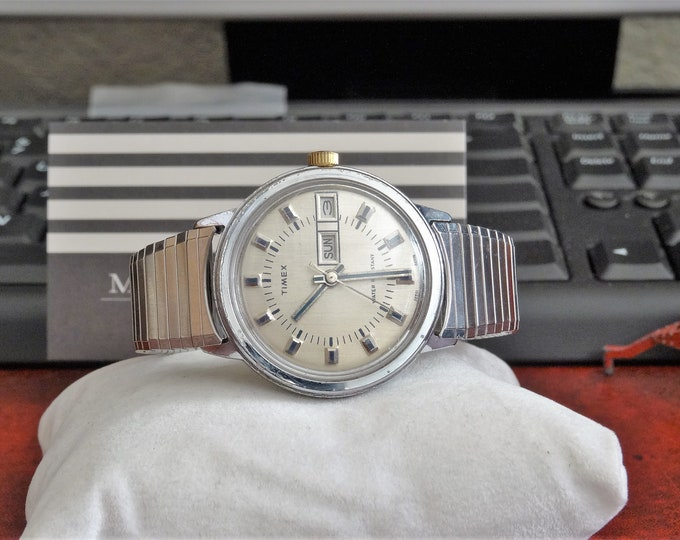 Vtg 1976 Timex Water Resistant Day & Date Wind Mens Watch w/ 18mm St. Steel Band
