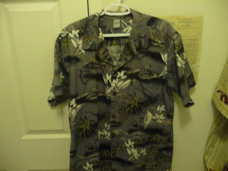 Gently Worn Palm Wave Aloha Hawaiian Men/'s Medium SS Shirt Gray Background white floral Dad Wear Alert!!!