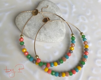 Grandes créoles plaqué or et perles facettées multicolores en verre