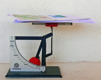 Posso letter scale . Made in France around 1960 . 350 grams version with zero leveling screw .