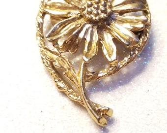 Vintage Flower Daisy Pin Brooch Goldtone