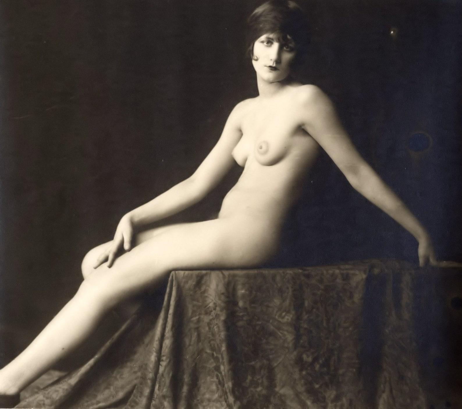 Pretty naked women by freexcafe