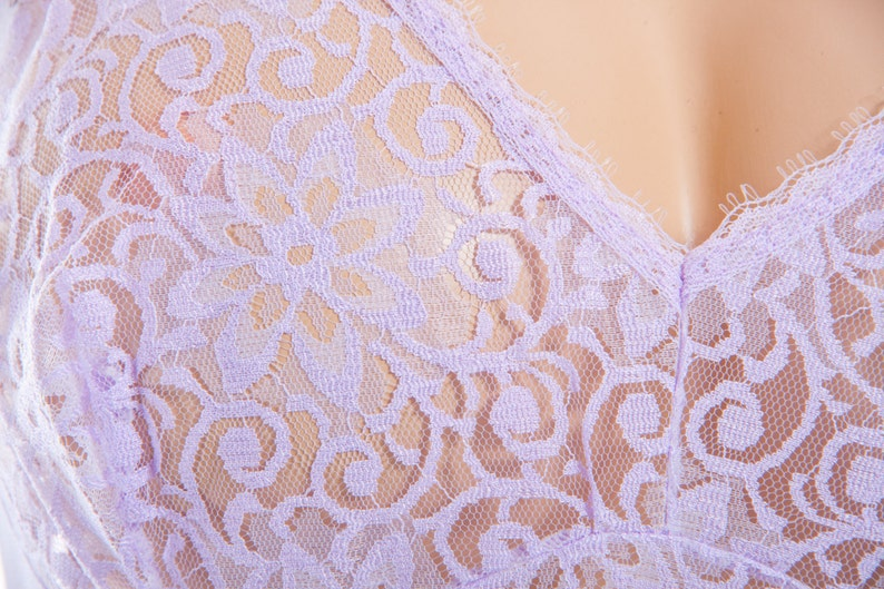 S146 Elegant really sheer silky soft lilac nylon and delicate floral design lace front panel detail 1980/'s vintage full slip petticoat