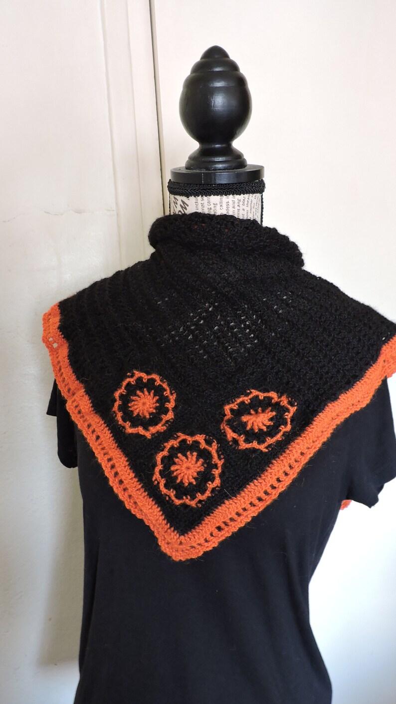 5cb0dfe61c6 Écharpe triangle noire 100% laine alpaga avec fleurs orange
