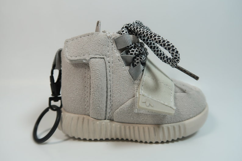 YZY 750 Light Grey Shoe Charger