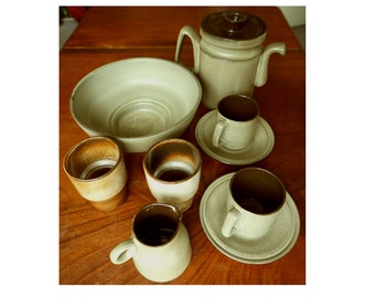 High quality mid century potter service. Cor Unum Holland, Zweitse Landsheer, grey and brown, modernist earthenware cups, bowl and coffeepot