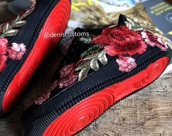 various colors eddaa e46ad Nike Air Force 1 basse noir avec fleur bombe rouge Rose Floral brodé et  rouge semelle