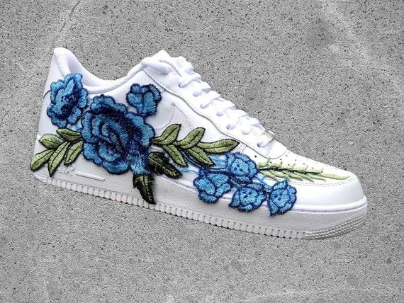 Nike Nike Nike Air Force 1 Low avec FlowerBomb bleu Rose Floral brodée | Art Exquis  5306fa
