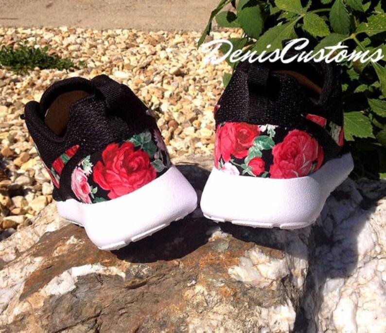 premium selection c817d dcce5 Nike Roshe un noir avec une Rose rouge sur mesure tissu Floral   Etsy
