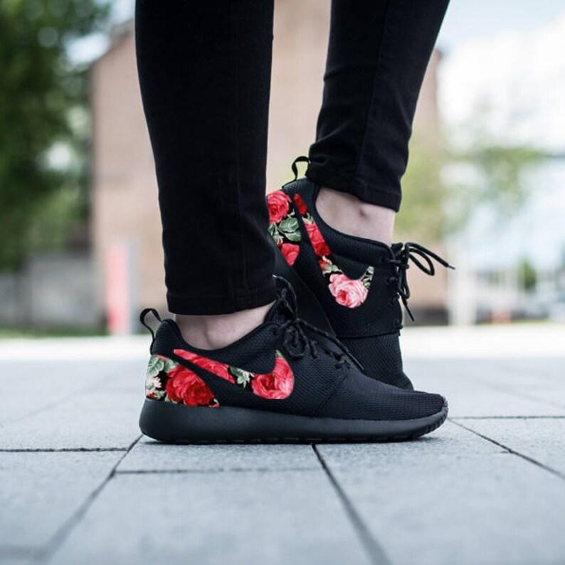 Nike Roshe Triple schwarz mit benutzerdefinierten Rot Rosa Grün Rose Blumen Stoff Design