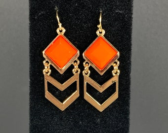 Vintage gold tone double chevron earring with salmon/orange coloured stone