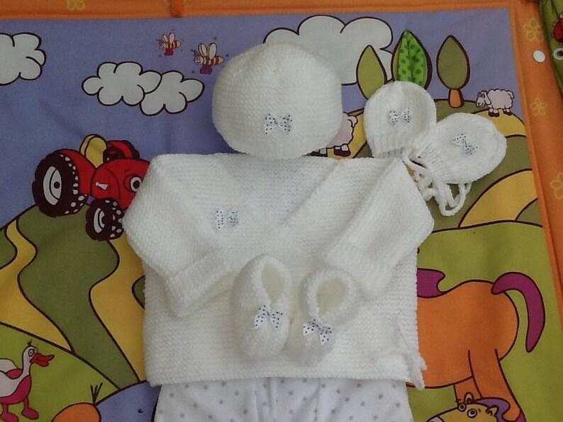 b5d4ab44bc3cd Ensemble bébé brassière bonnet chaussons moufles tricot