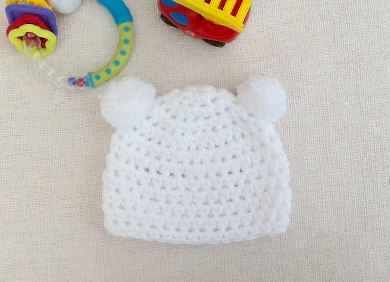 4756c4759fc Bonnet bébé ourson blanc à pompons au crochet layette cadeau